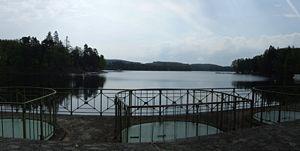 Tour du Lac des Settons dans LACS DE FRANCE 300px-lac_des_settons_-_barrage_06