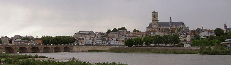 Nevers dans la Nièvre dans Nièvre 800px-nevers_-_vue_depuis_la_rive_sud_de_la_loire