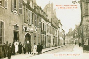 carte-postale-postcard-1914-1918-beaune-rue-des-tonneliers-et-hopital-auxiliaire-street-of-the-wet-coopers-and-auxiliary-hospital-300x197 dans Côte d'Or