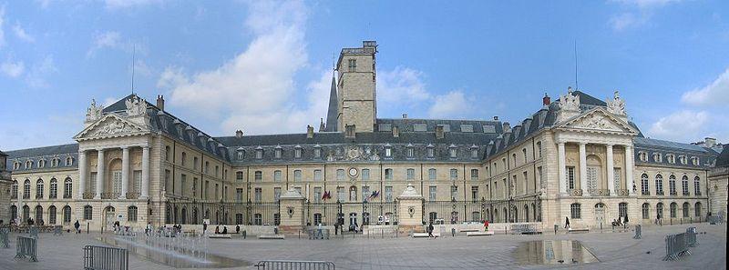 Palais des ducs de Bourgogne dans Bourgogne 800px-panoramique_palais_duc_de_bourgogne