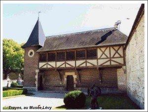 Un bateau-lavoir et des lavoirs à Troyes dans LAVOIRS DE FRANCE troyes-300x226