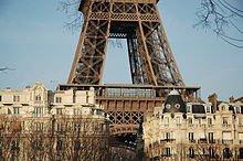 220px-La_Tour_Eiffel_surplombant_Paris